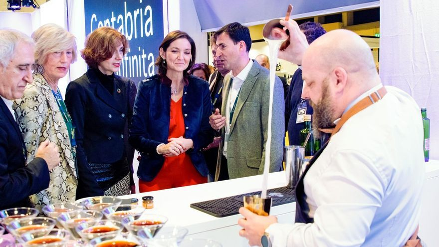 Reyes Maroto visita el espacio de Cantabria en Madrid Fusión