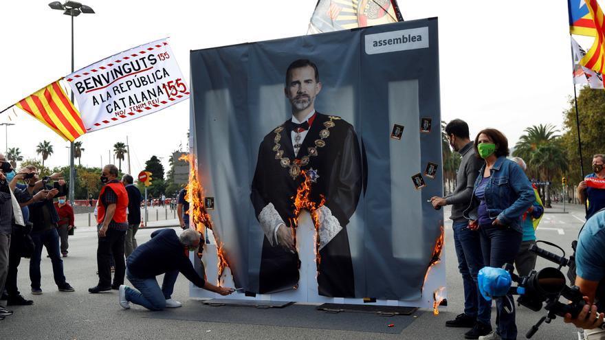 """La presidenta de ANC quema una gran foto del rey con gritos de """"fuego al Borbón"""""""