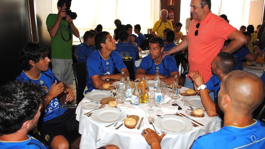 Miguel Ángel Ramirez charla con sus jugadores antes de almorzar