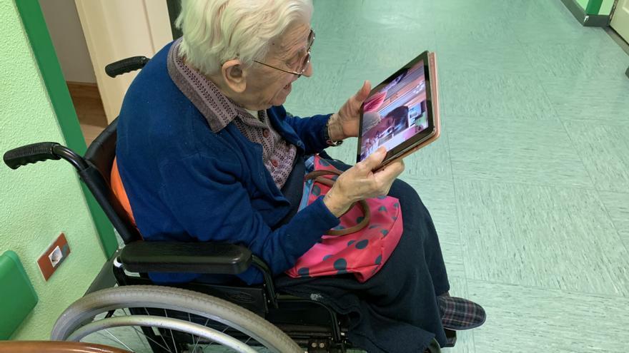 Una residente de un centro de León utiliza el sistema de videollamada con su familia para combatir el aislamiento. / Europa Press