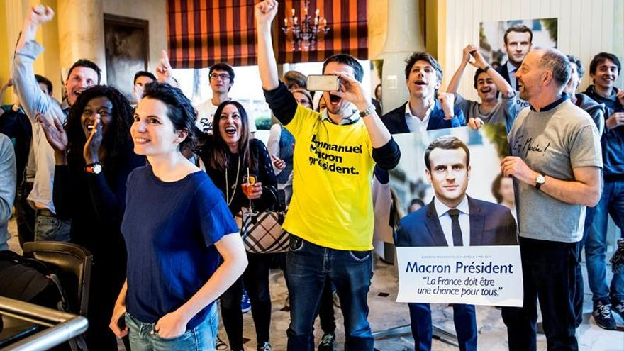 Banderas de Europa y muchos jóvenes festejan junto a Macron los resultados