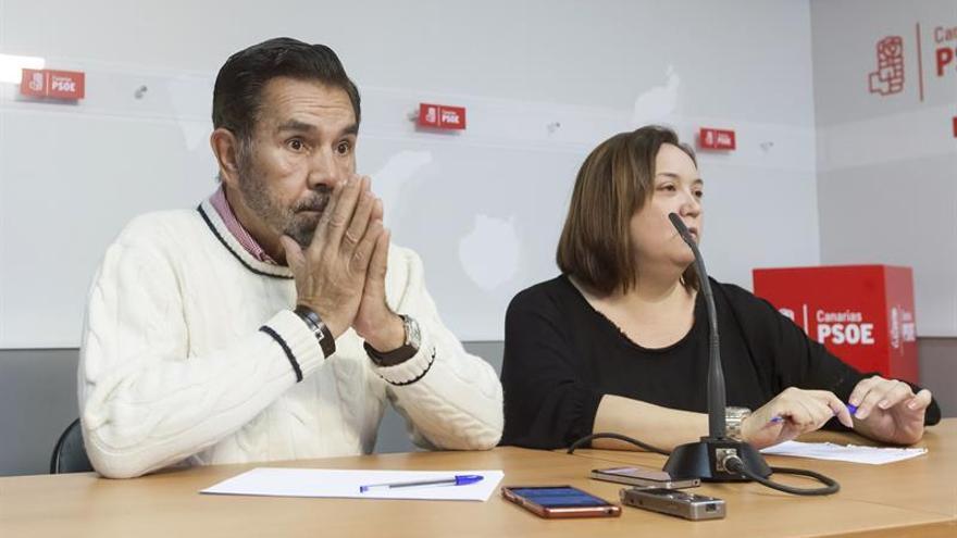 El presidente de la gestora del PSOE de Canarias, José Miguel Rodríguez Fraga, y Marián Franquet.
