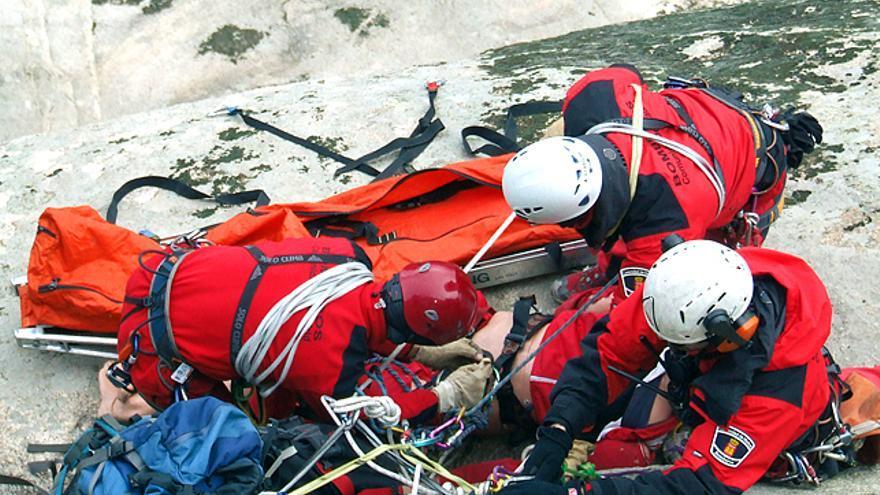Bomberos durante un simulacro de rescate en montaña (© Evaristo Vaz 'Varis').