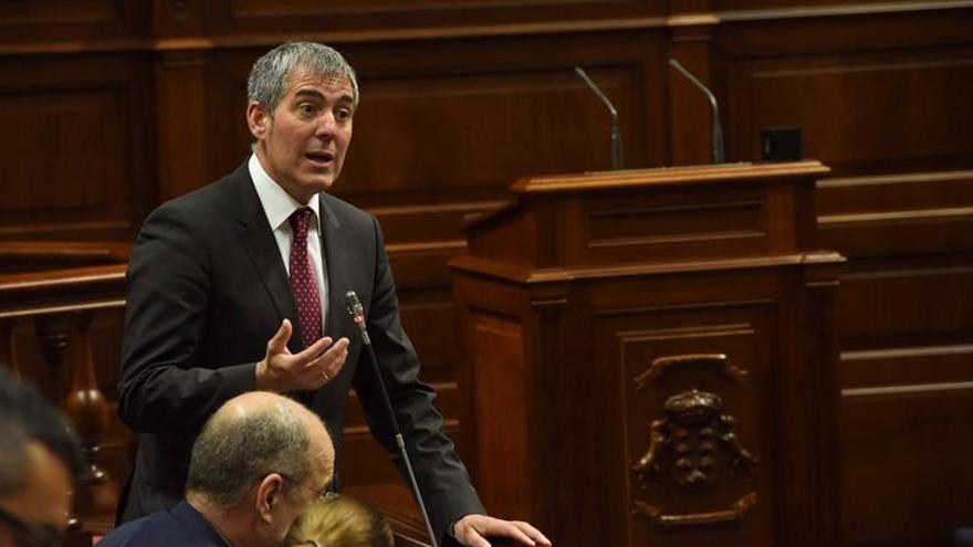 El presidente del Gobierno de Canarias, Fernando Clavijo, interviene en el Pleno del Parlamento de Canarias