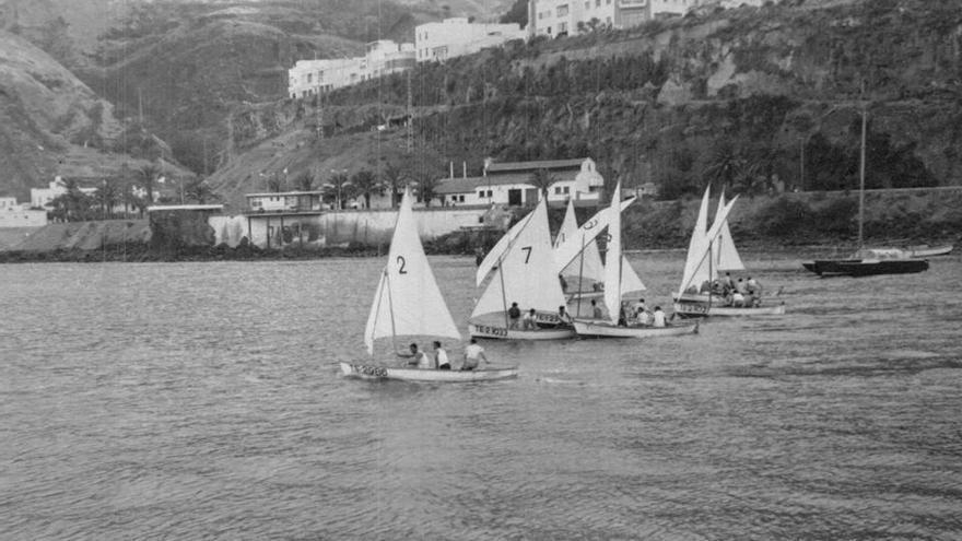 Imagen de archivo de  la última regata celebrada con motivo de la Bajada de La Virgen de 1965 en la que participaron las embarcaciones Bravo, Paco, Sargo, Breca, Último, San José, Pagel, Caraba y Somacal.