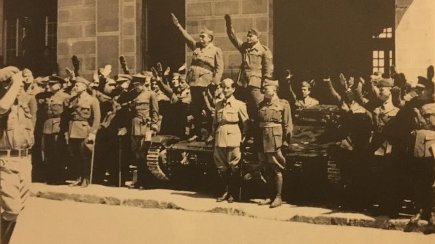 Los generales Antonio Saliquet y Gastone Gambara encima de dos tanquetas mientras observan el desfile del 5 de abril / Archivo Municipal de Alicante (Francisco Sánchez Orts)