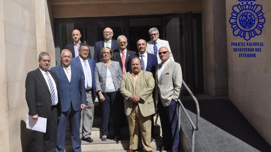 El comissari principal José Piris, amb americana i pantalons clars, en la fila de baix segon per la dreta i les mans entrellaçades.