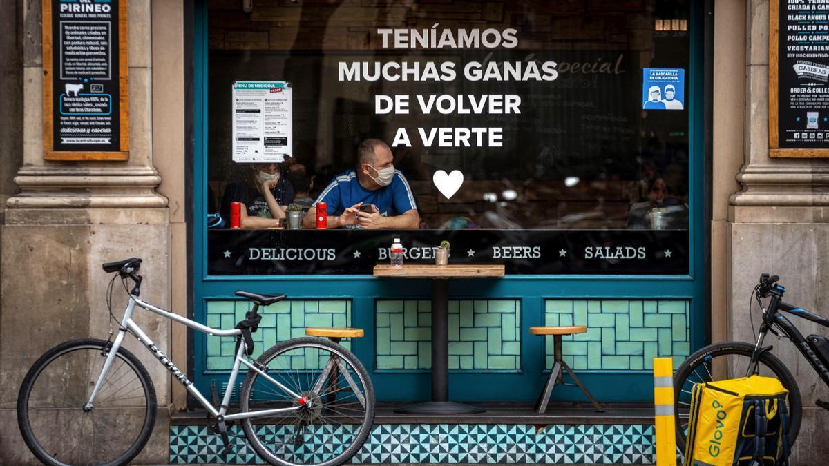 Una pareja de turistas en un bar de Barcelona. EFE/ Enric Fontcuberta.
