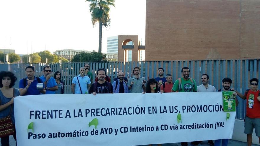Una treintena de docentes de US se concentran frente al Congreso Internacional de Educación por su precariedad