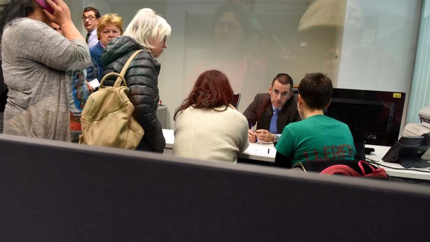 Miembros de la  Coordinadora de Vivienda de Madrid le explican a un directivo de la oficina de Bankia las exigencias alrededor de la vivienda.