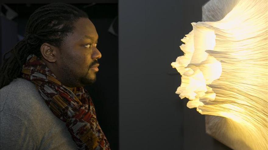 La naturaleza se convierte en papel en una muestra en Zaragoza
