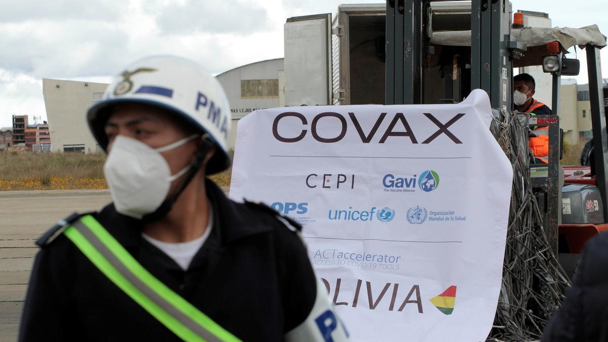 Trabajadores descargan y trasladan 228.000 vacunas Oxford y AstraZeneca del mecanismo Covax que han llegado hoy, a la ciudad boliviana de El Alto (Bolivia). EFE/ Stringer