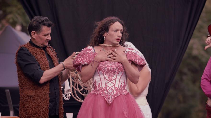 Carmen, una de las protagonistas de 'Resistencia Trans' mientras interpreta a Margarida Borràs, la primera transexual documentada de València.