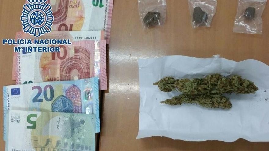 Detenido un joven de 19 años por vender marihuana y hachís a dos menores en la capital grancanaria.