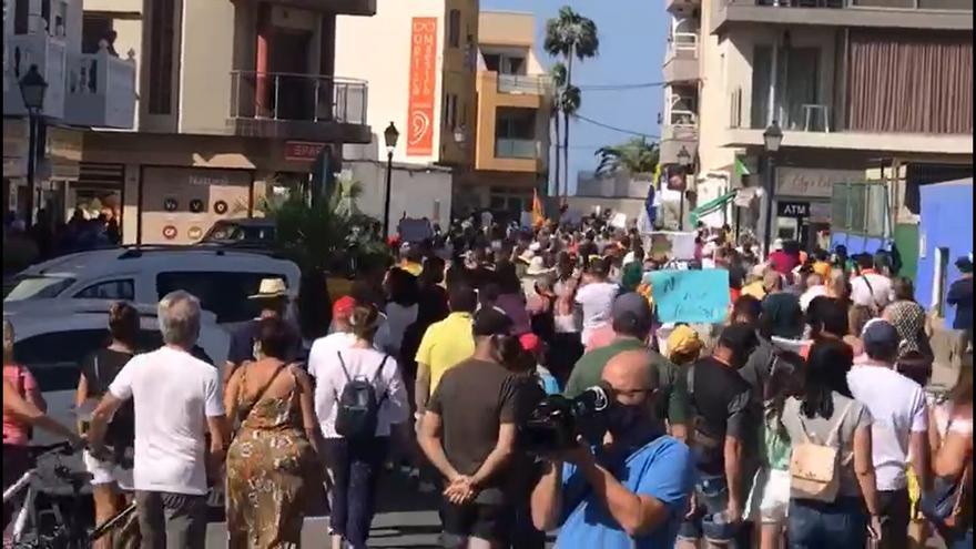 """Arguineguín sale a la calle y pide soluciones para los cientos de migrantes que se reúnen en """"el campamento de la vergüenza"""" del puerto de la localidad"""