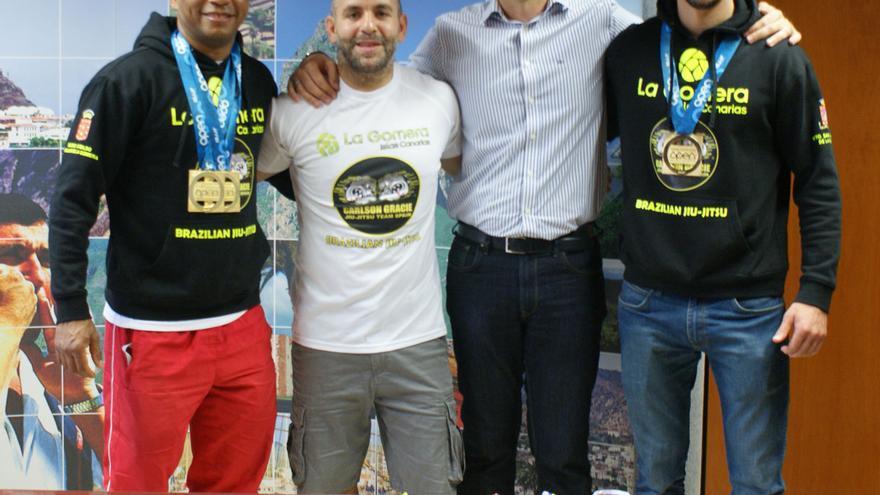 El consejero de Deportes recibe a los galardonados deportistas de la Isla en la modalidad de Jiu Jitsu