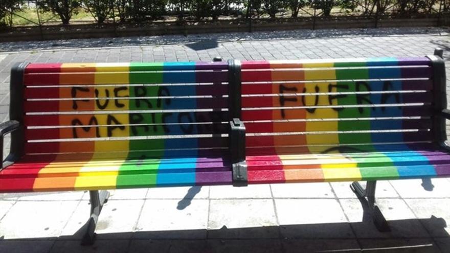Banco arcoíris con pintadas.