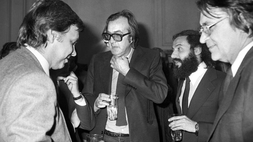 El presidente del gobierno, Felipe González, conversa en 1983 con los periodistas Javier Pradera y Roberto Cerecedo, y el juez Clemente Auger, durante el acto de entrega del I Premio de Periodismo Francisco Cerecedo que había recaído en el escritor Rafael Sánchez Ferlosio
