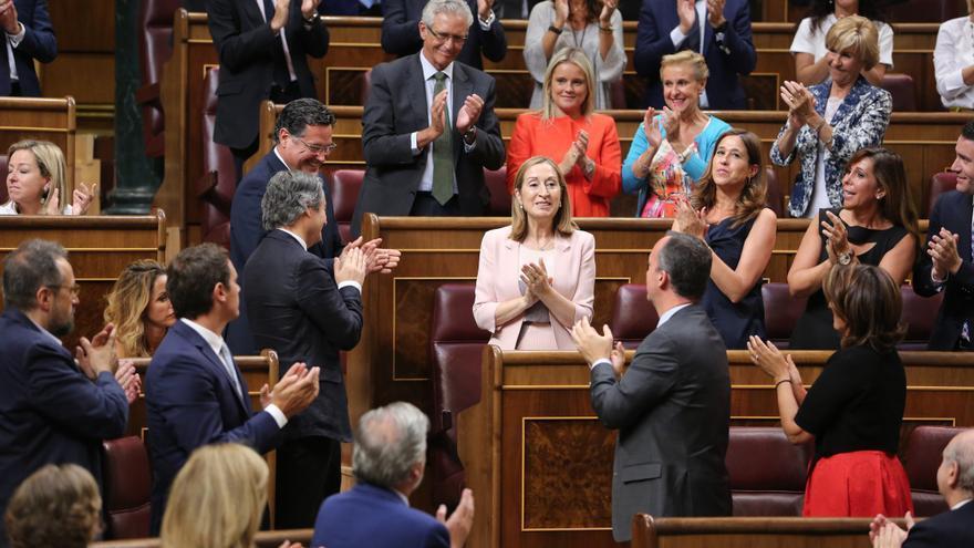 Aplausos de la bancada del PP y de Ciudadanos tras ser elegida Ana Pastor presidenta del Congreso.
