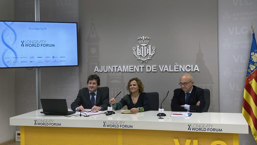 Pilar Bernabé, primera teniente de alcalde y concejala de Envejecimiento Activo del Ayuntamiento de Valencia, junto a los organizadores del congreso