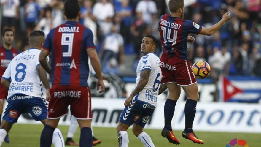 Imagen del encuentro entre el CD Tenerife y la SD Huesca en Mendizorroza.