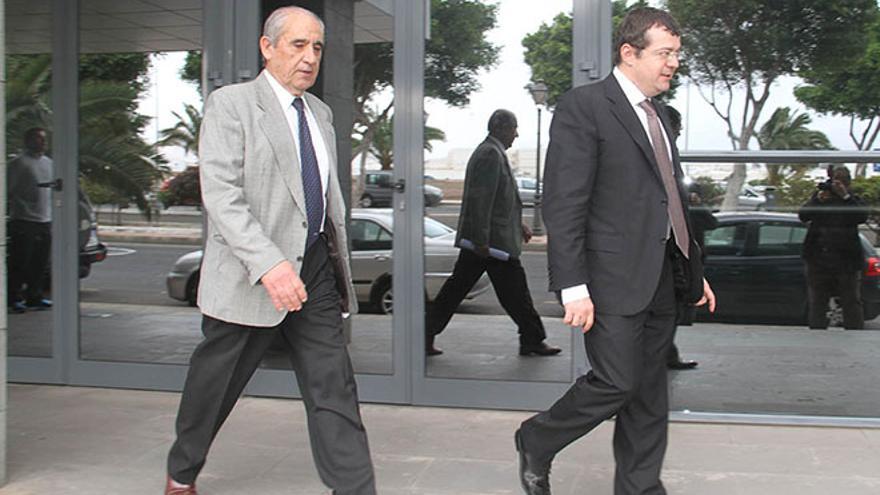 Dimas Martín con su abogado, Manuel González Peeters / Foto: De la Cruz.