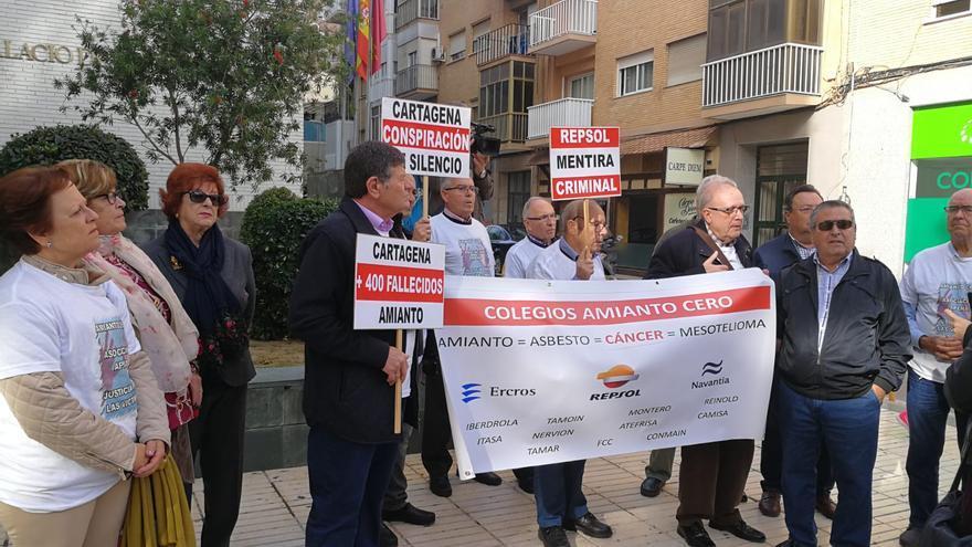 Manifestación de la Asociación Apena frente un juzgado de Cartagena