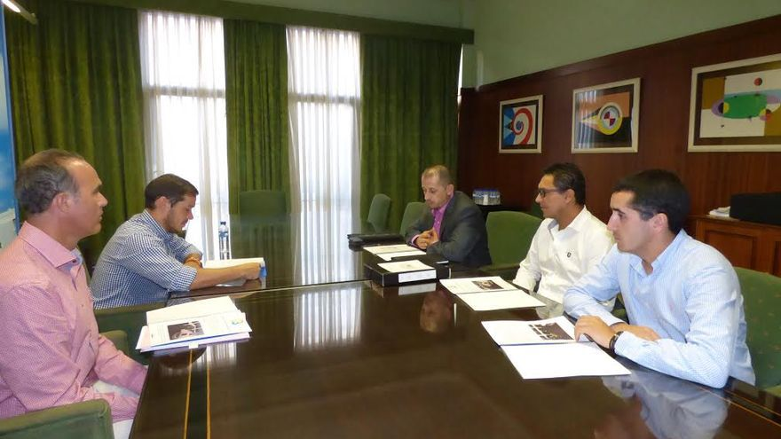 En la imagen, reunión celebrada en el Cabildo sobre el futuro gran centro comercial Cancajos Plaza.