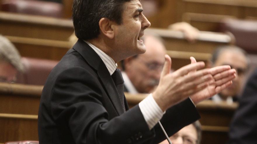 El PSOE pide la dimisión de Montoro y le reta a aclarar si cobró dinero B en sobres