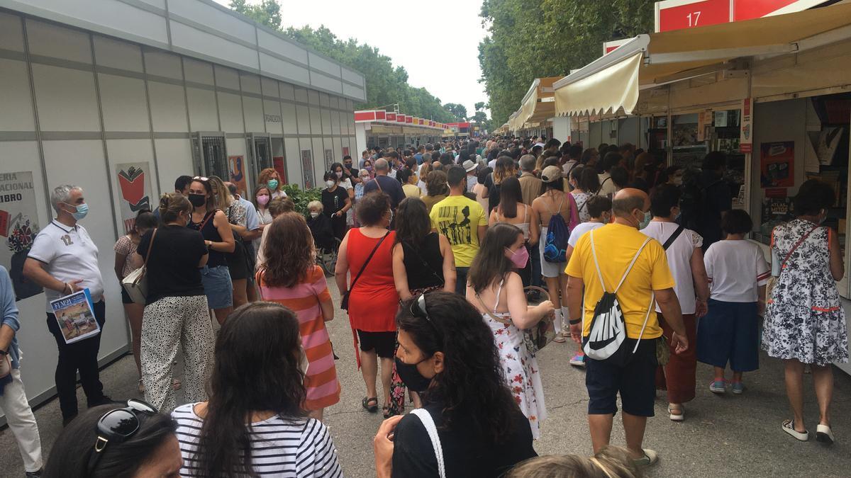 El recinto de la Feria del Libro de Madrid durante su primer sábado