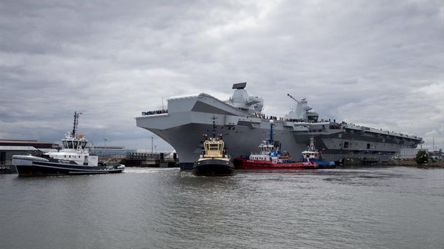 """Zarpa el HMS """"Queen Elizabeth"""", el mayor portaaviones de la Marina británica"""
