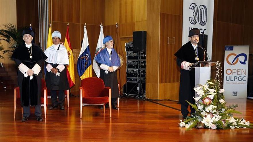 El rector de la Universidad de Las palmas de Gran Canaria, Rafael Robaina (d), y los exrectores Francisco Rubio (i); Manuel Lobo (2i) y José Regidor (2d).