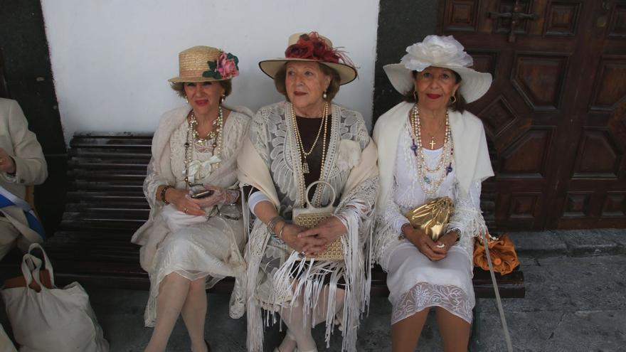 Tres elegantes indianas en el atrio del Ayuntamiento.