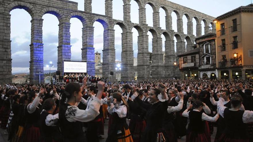 766 personas bailan en Segovia la jota por el autismo para lograr el Guinness