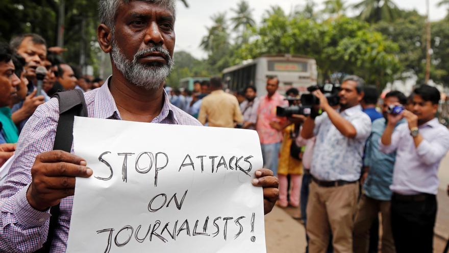 Protestas contra el ataque a periodistas frente al Club de Prensa Jatiya, en Dhaka (Bangladesh)