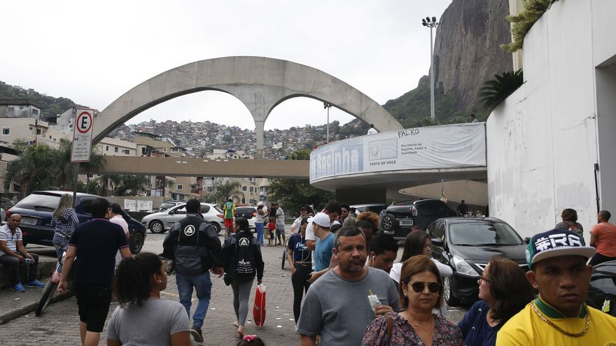 Entre Rocinha y Manguinhos, en Río de Janeiro, viven más de cien mil personas. Veintidós kilómetros separan ambas favelas