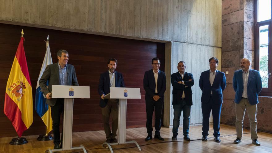 El presidente del Gobierno de Canarias, Fernando Clavijo, el presidente del Cabildo de Tenerife, Carlos Alonso y el vicepresidente de Canarias, Pablo Rodríguez anuncian el convenio de carreteras para esta isla