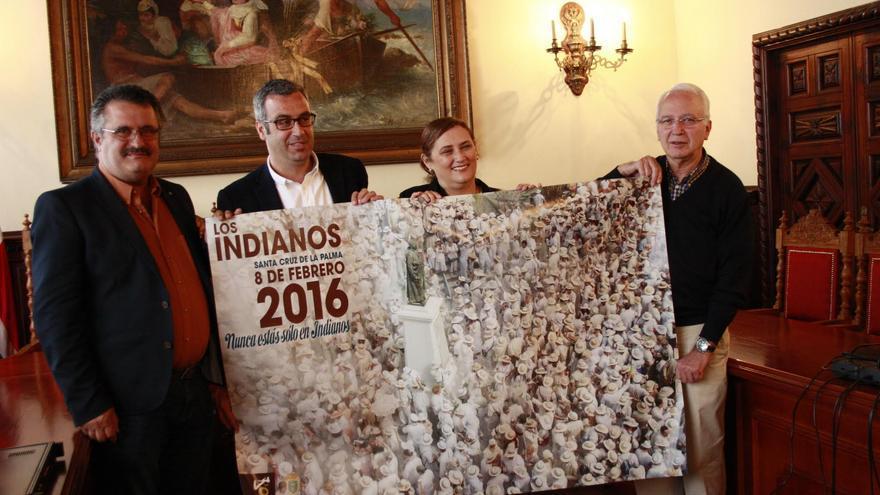 De izquierda a derecha, Primitivo Jerónimo, Sergio Martos, Guadalupe González y Nicolás Hernández con el cartel de Los Indianos 2016.