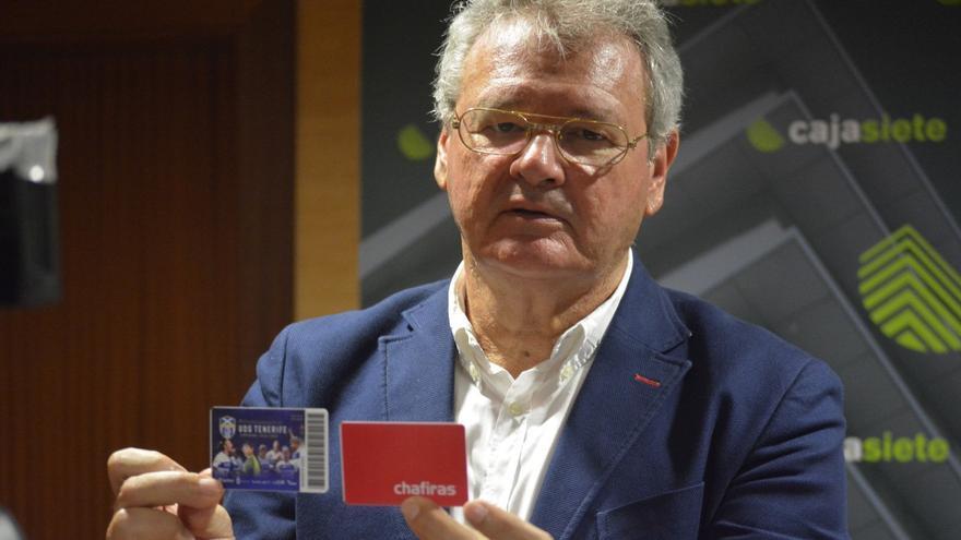 Sergio Batista, con los carnets de abonados