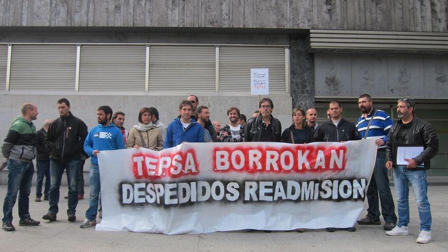 Trabajadores de Tepsa se concentran en Bilbao para reclamar que se mantenga el empleo en la planta de Zierbena