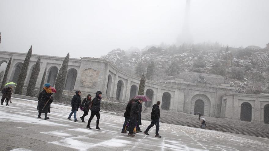 Eurodiputados en su visita al Valle de los Caídos.