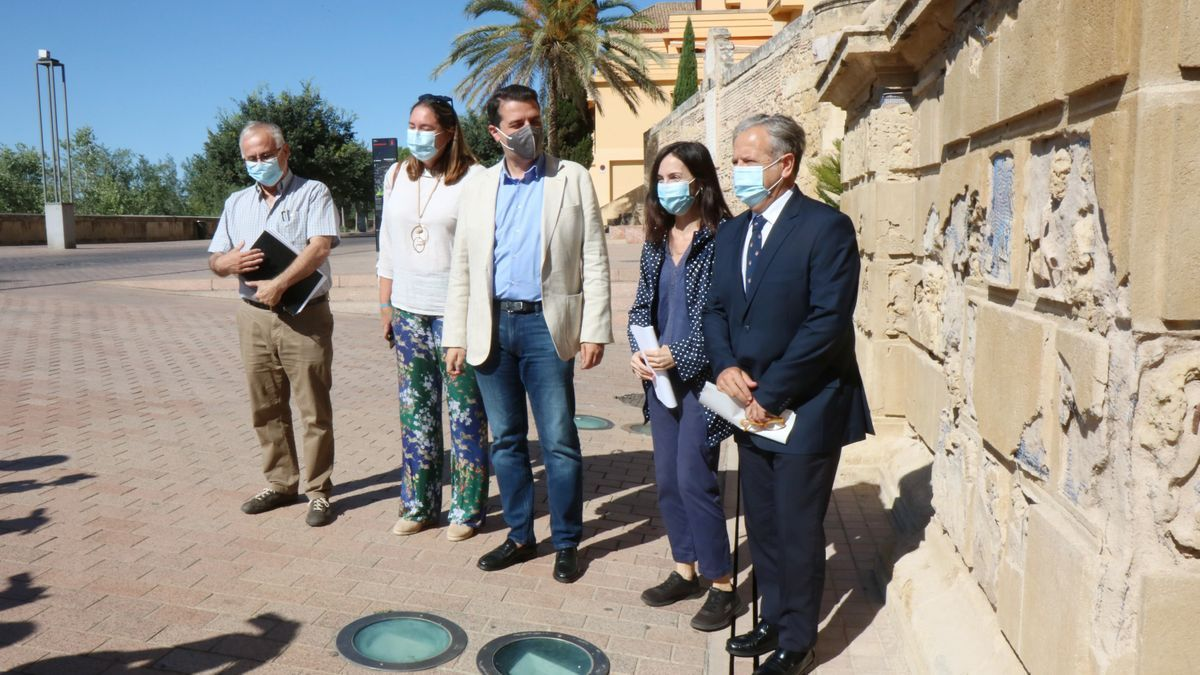 El alcalde y técnicos de Urbanismo presenta la rehabilitación de la Puerta del Puente