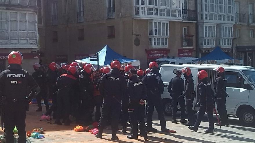 La Ertzaintza detiene en Vitoria a tres miembros de Segi protegidos por un 'muro popular' de cientos de personas