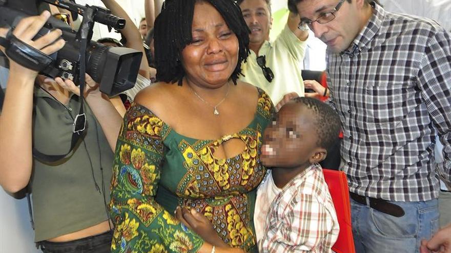 El pequeño Adou con su madre después de que haya sido entregado. (EFE/Reduan)