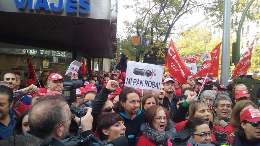 """Pablo Iglesias promueve, frente a la sede del PP, el boicot a Coca-Cola por """"humillar"""" a sus trabajadores"""
