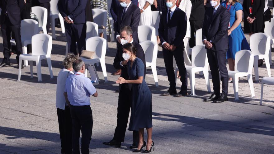 Los Reyes, Felipe VI y Letizia, conversan con asistentes en el acto de homenaje de Estado a las víctimas de la enfermedad por coronavirus y de reconocimiento al personal sanitario, en la plaza de la Armería del Palacio Real, a 15 de julio de 2021