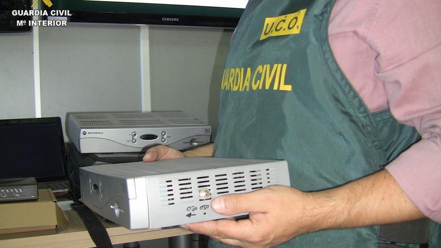 La Guardia Civil detiene a seis personas acusadas de activar decodificadores 'piratas' de televisión por cable