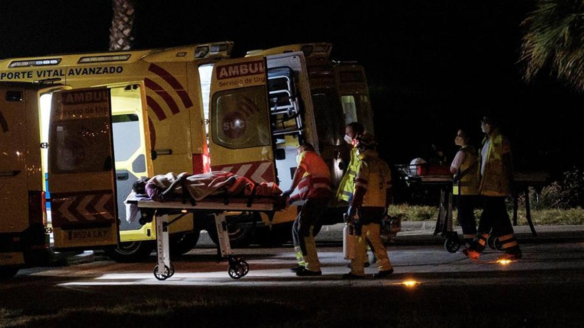 Momento de la evacuación en helicóptero de tres ocupantes de una patera a 500 km de Gran Canaria