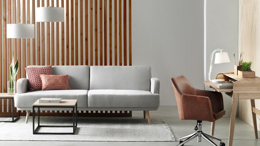 Escoge una silla regulable y con un buen respaldo para evitar sobre esfuerzos.