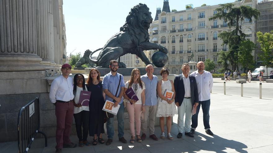 Los nueve diputados de A La Valenciana frente al Congreso de los Diputados el día de presentación de sus credenciales.